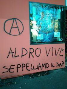 """Scritta con A cerchiata """"Aldro vive, seppelliamo il Sap"""""""